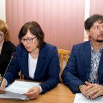 Skarbnik powiatu Jolanta Piotrowska odczytała uchwały Regionalnej Izby Obrachunkowej w Kielcach dotyczące projektów uchwał w sprawach: Wieloletniej Prognozy Finansowej Powiatu Staszowskiego na lata: 2020-2027 oraz budżetu powiatu staszowskiego na 2020 rok